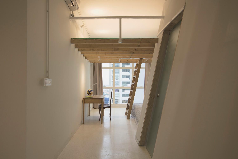 hình ảnh bàn làm việc và cầu thang gỗ nhỏ lên gác xép
