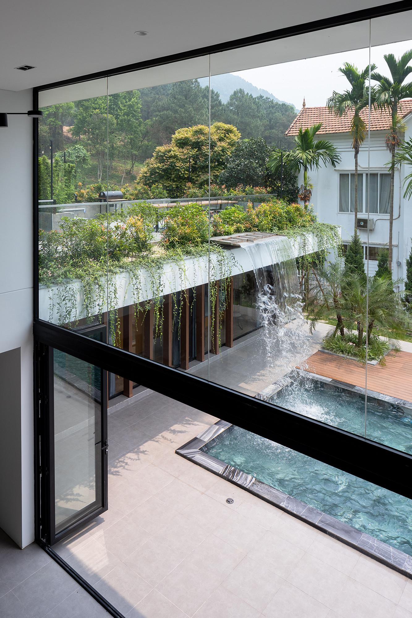 hình ảnh thác nước đổ nhìn từ tầng 2