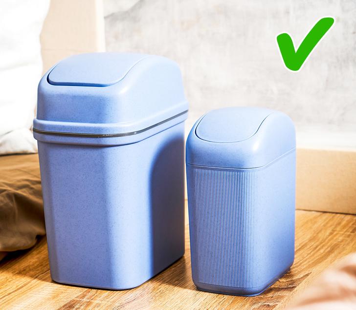 hình ảnh thùng rác nhỏ màu xanh đặt trong phòng ngủ