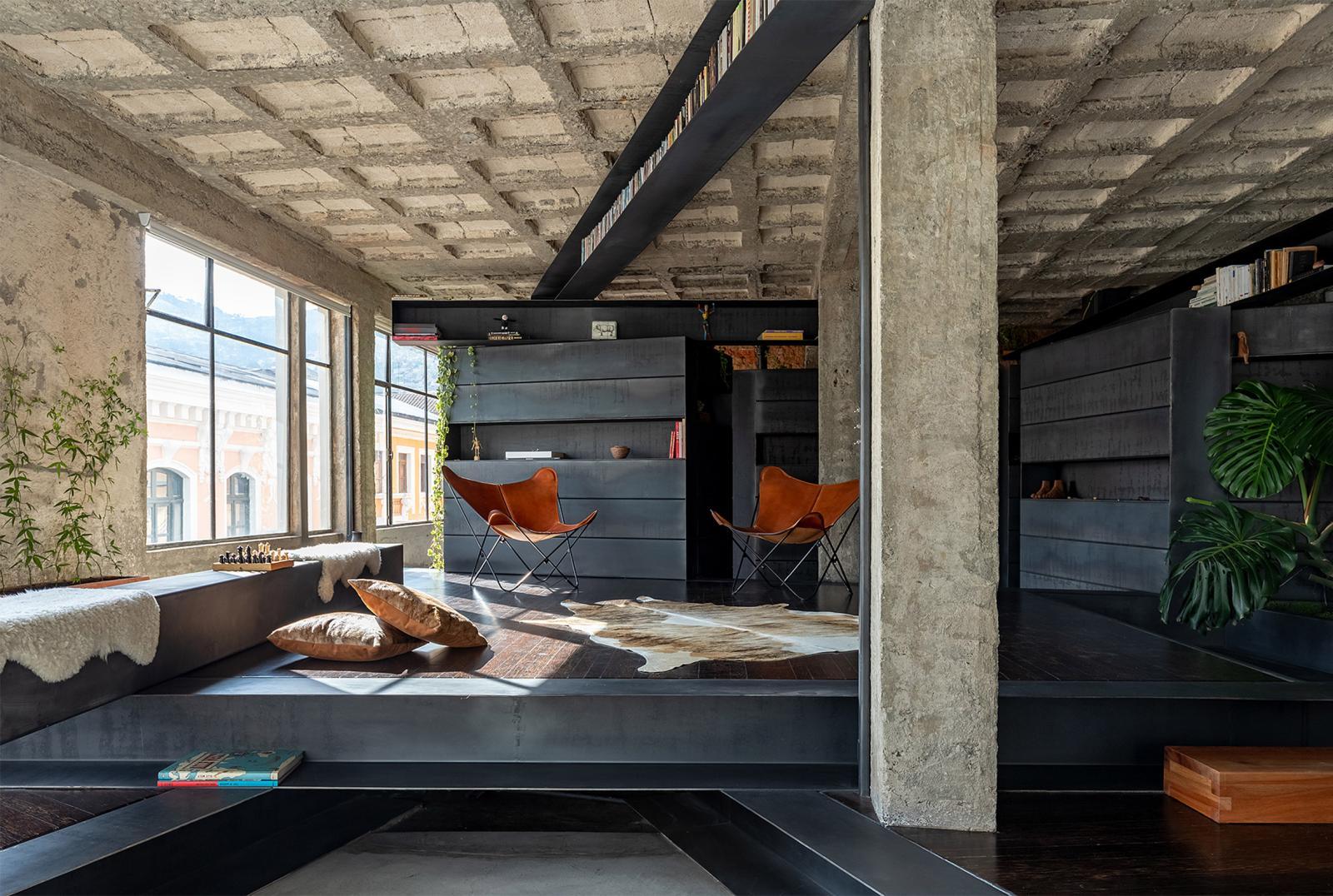 hình ảnh phòng thư giãn thoáng sáng với 2 ghế ngồi da màu vàng bò