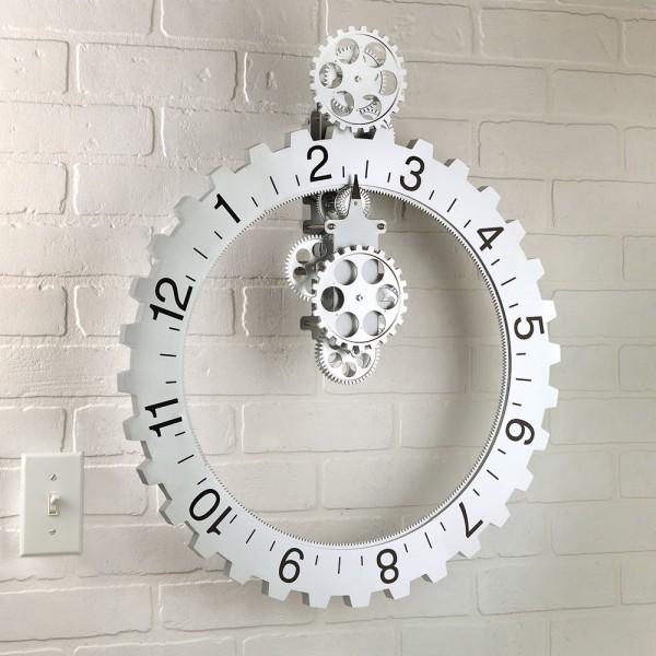 hình ảnh cận cảnh mẫu đồng hồ treo tường hình bánh xích