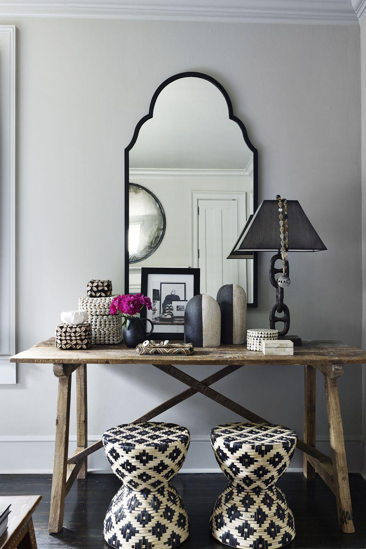 hình ảnh góc trang điểm màu xám ngọc trai với bàn gỗ, đôn ngồi họa tiết đen trắng