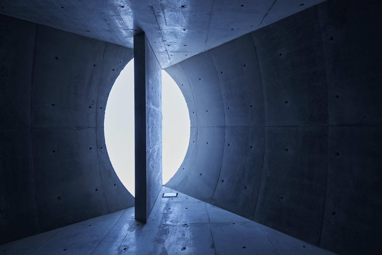 hình ảnh cận cảnh mái nhà hình bán nguyệt nhìn từ dưới lên