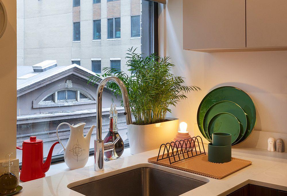 hình ảnh góc phòng bếp nhỏ với cửa sổ kính lớn, vật dụng màu sắc bắt mắt