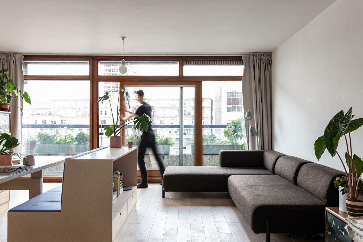 hình ảnh người đàn ông đẩy cánh cửa kính trượt trong căn hộ studio