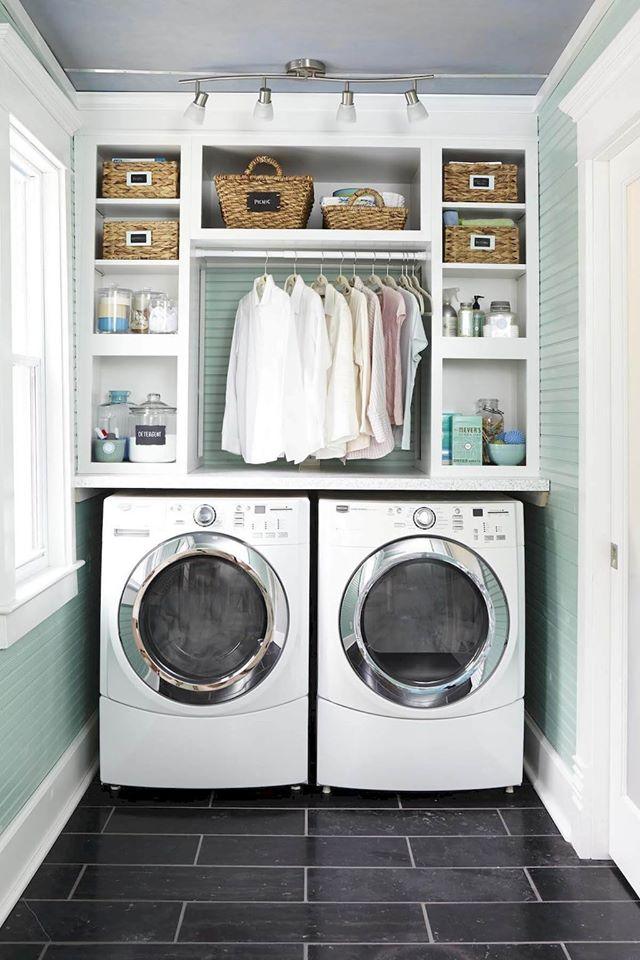 Hình ảnh phòng giặt hiện đại với giá kệ lưu trữ phía trên máy giặt