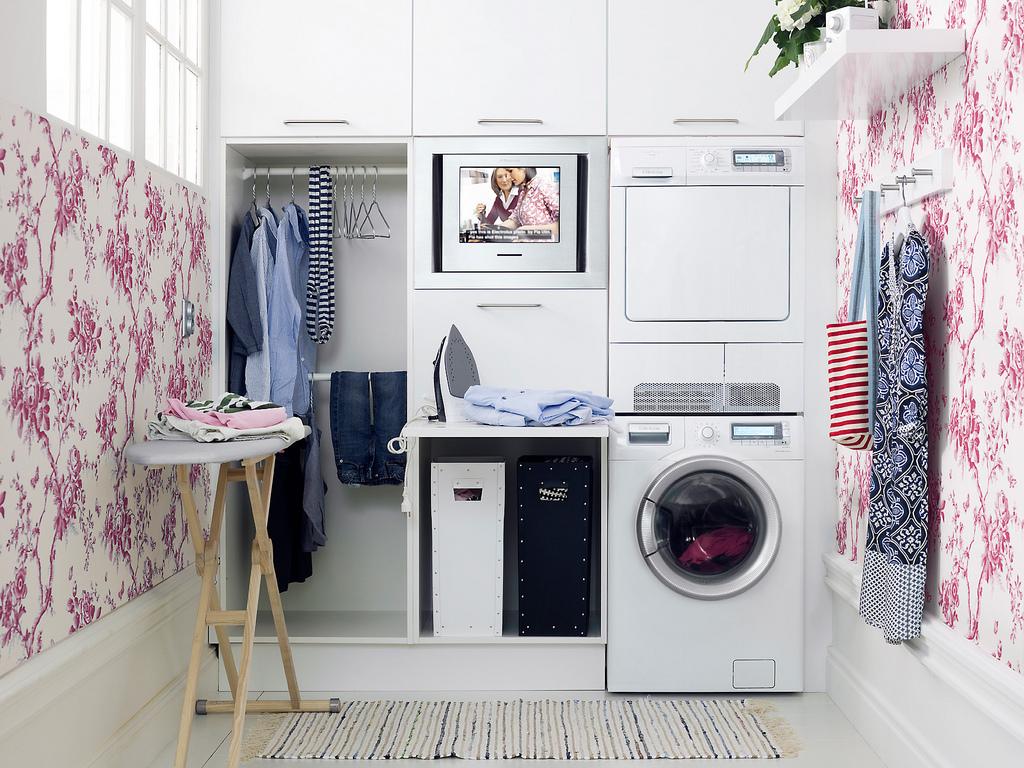 hình ảnh phòng giặt màu trắng hút mắt nhờ giấy dán tường hoa lá màu hồng