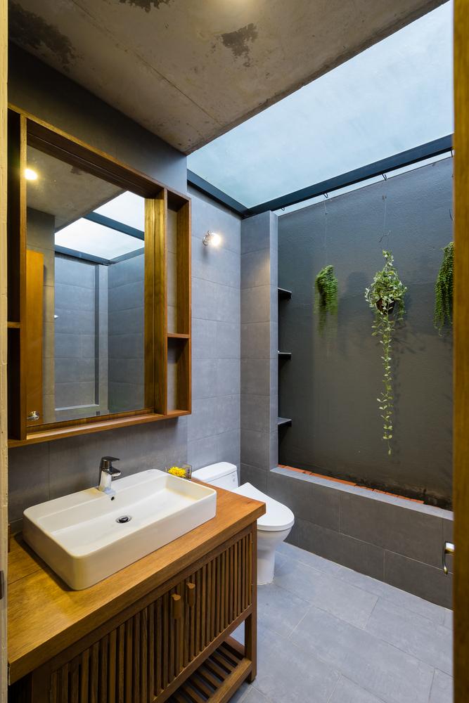 hình ảnh phòng tắm lấy sáng tự nhiên từ khe thoáng lợp kính