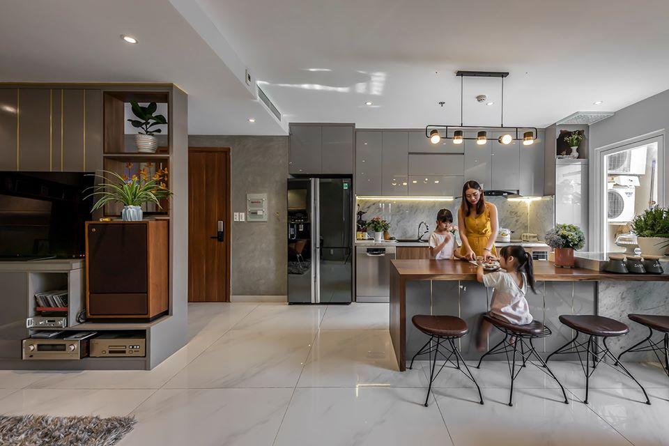 hình ảnh 3 mẹ con đang dùng bữa ở đảo bếp căn hộ 105m2