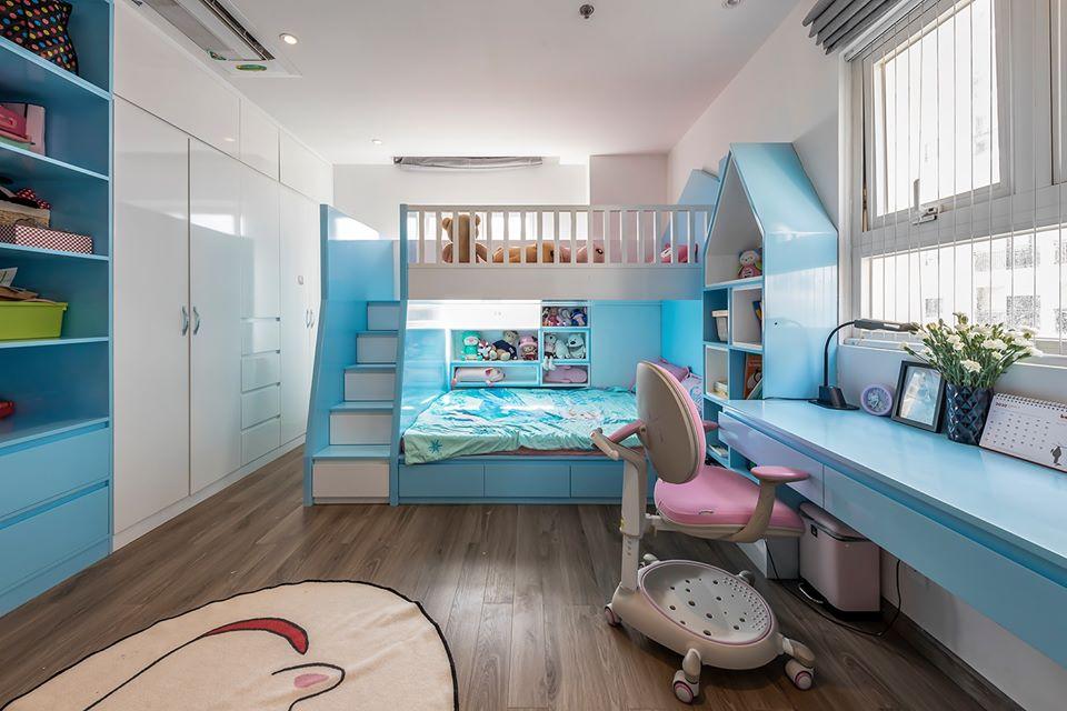 hình ảnh toàn cảnh phòng ngủ của con gái với tông màu xanh - trắng chủ đạo