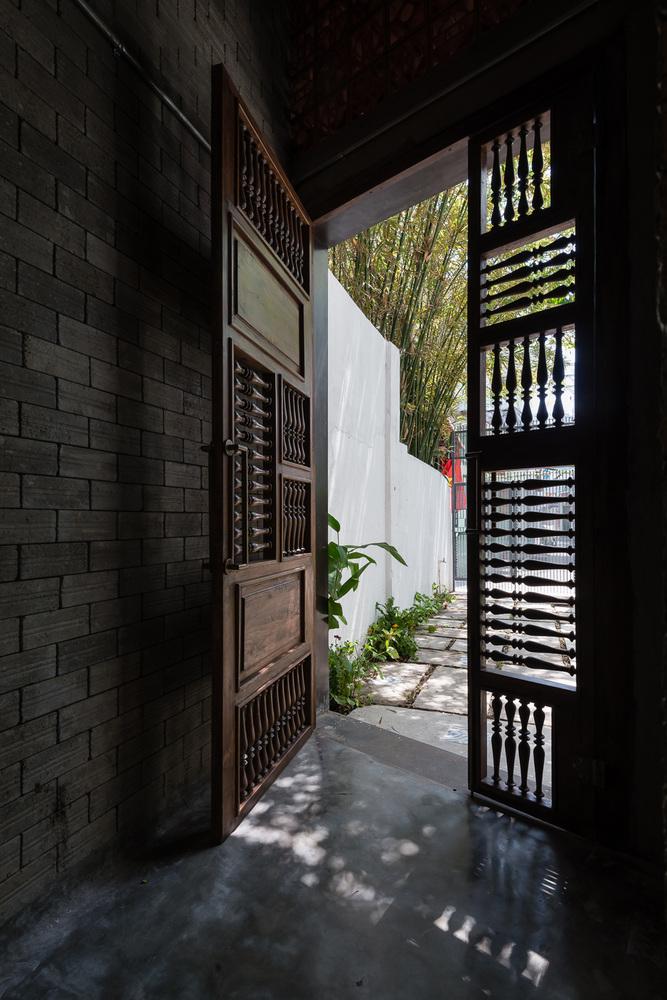 hình ảnh cận cảnh cửa gỗ truyền thống vào ngôi nhà thiền