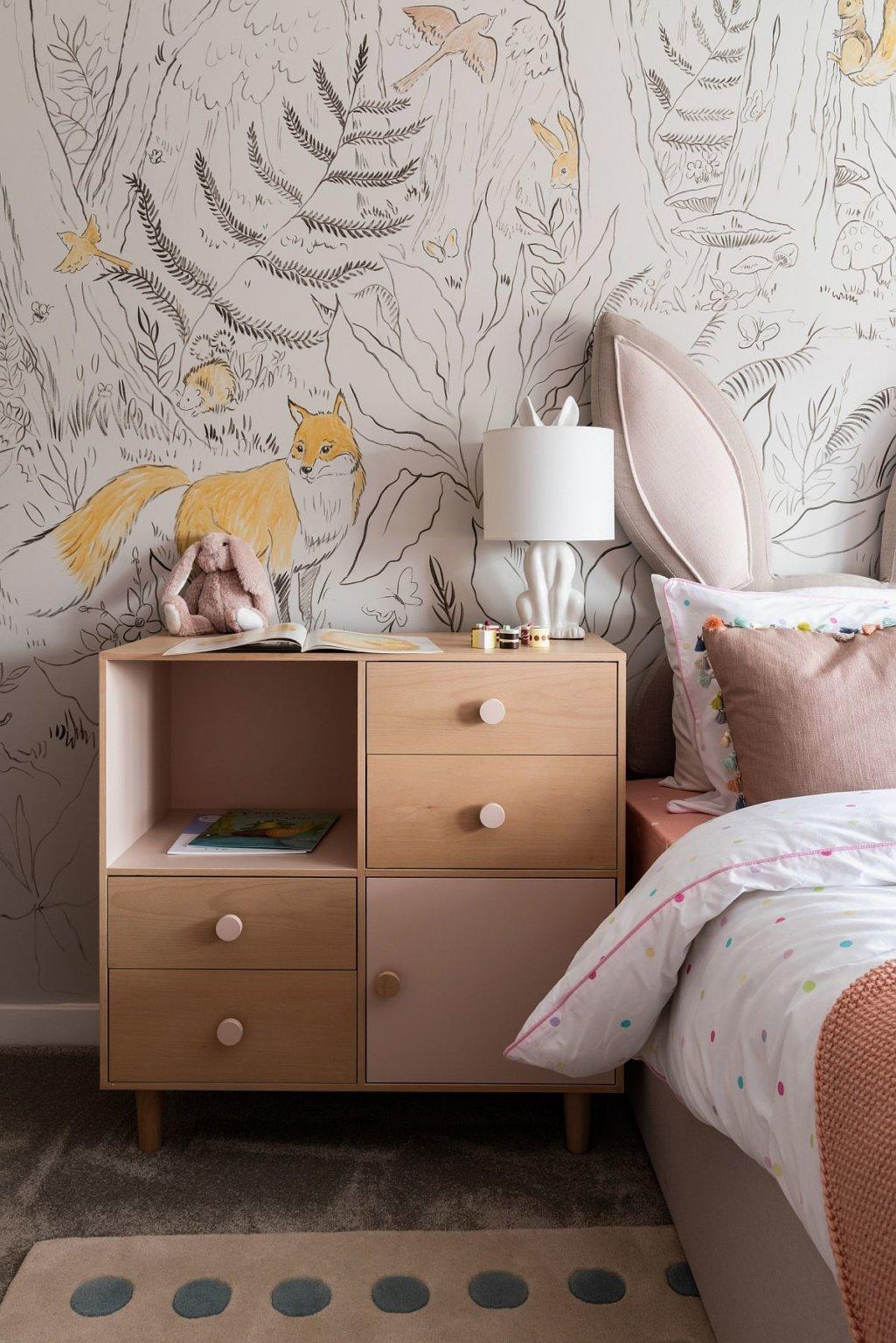 hình ảnh phòng ngủ con gái ấn tượng với giấy dán tường họa tiết rừng nhiệt đới