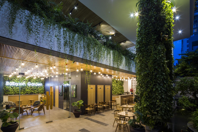 hình ảnh khung cảnh khách sạn vào buổi tối với ánh đèn vàng ấm áp