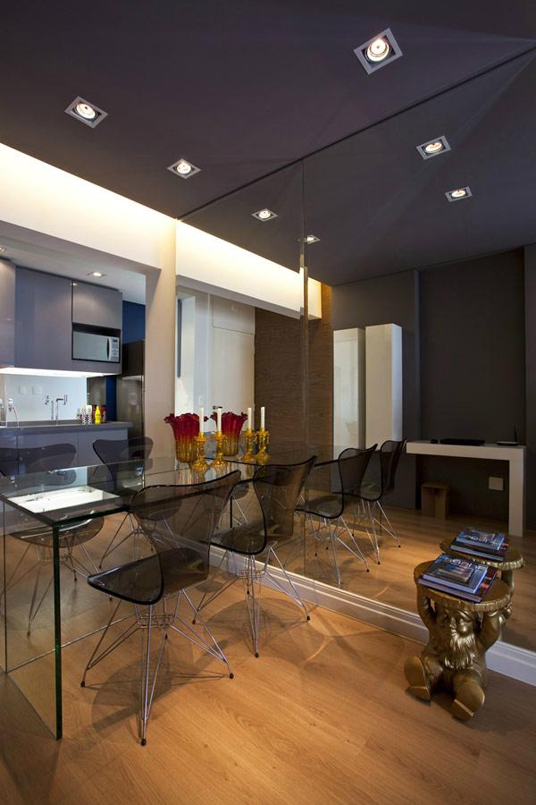 hình ảnh phòng ăn nhỏ với gương lớn gắn tường, bàn ghế trong suốt