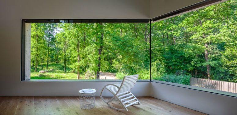 Những bức tường kính khổ lớn đem lại tầm nhìn tuyệt đẹp, tươi vui và xanh mát cho ngôi nhà. Sẽ chẳng còn gì tuyệt hơn khi nằm đọc sách, thưởng trà và chiêm ngưỡng trọn vẹn vẻ đẹp của thiên nhiên từ căn phòng này.