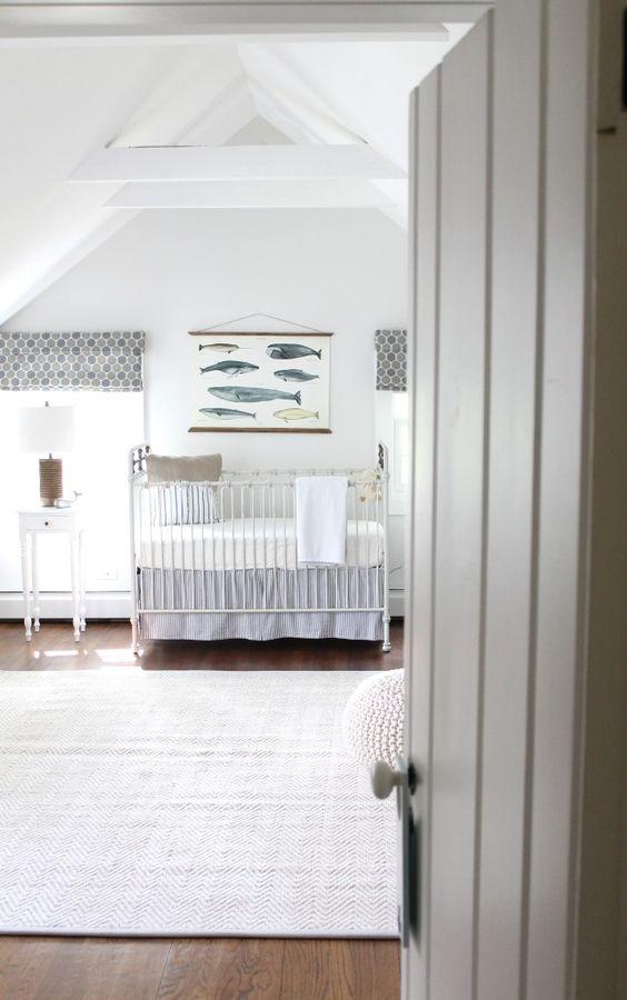 Một bức tranh treo tường đơn giản, tấm rèm cửa chẳng mấy sặc sỡ được đặt trong căn phòng toàn màu trắng tinh khôi cũng đủ để tạo nên một tổng thể đầy tính nghệ thuật