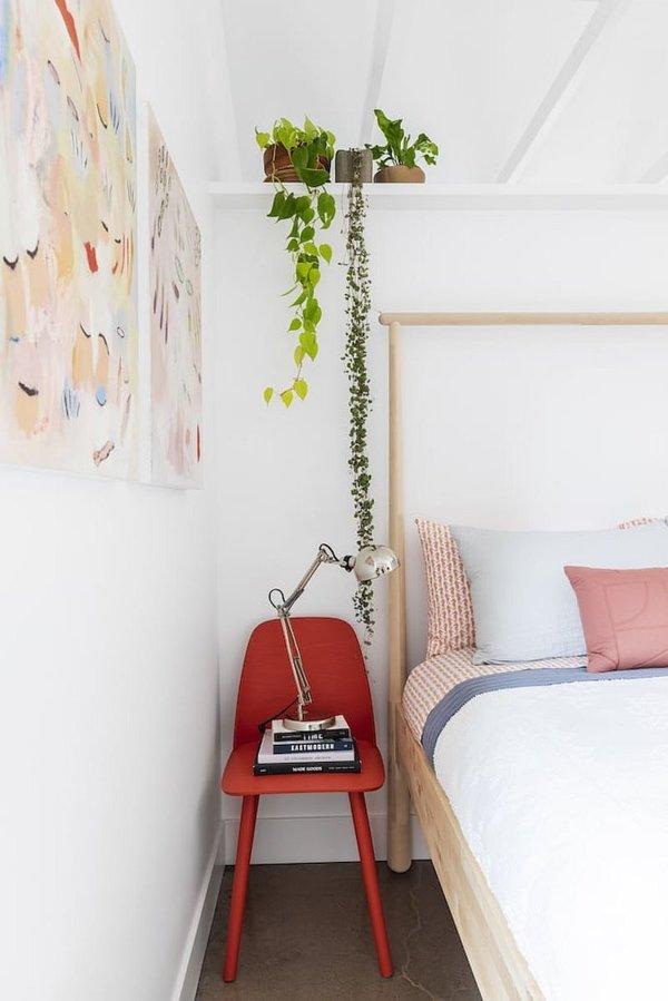 hình ảnh cận cảnh ghế đỏ cạnh giường ngủ