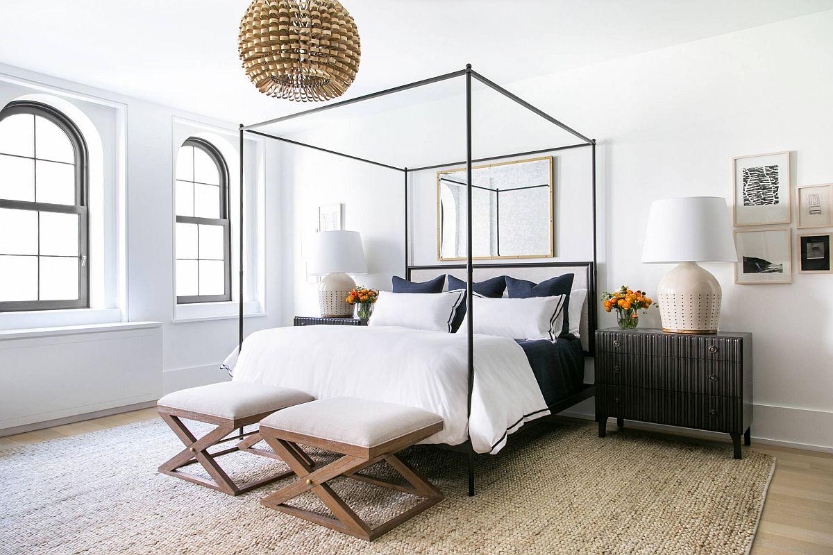 hình ảnh phòng ngủ phong cách tối giản màu đen - trắng, điểm nhấn là giường 4 cọc màu đen, đèn chùm màu vàng