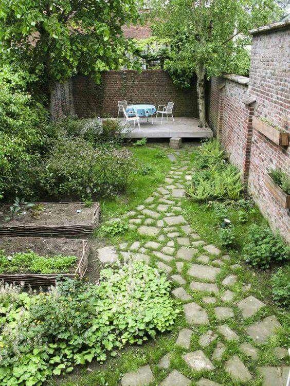Sân vườn sau nhà nhỏ gọn với bãi cỏ, một vài luống hoa, cây bụi và với một vài cây xanh lớn tỏa bóng mát.
