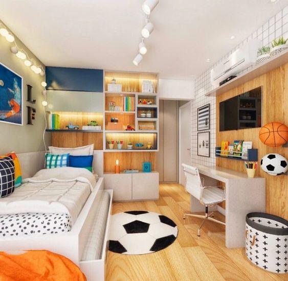 hình ảnh phối cảnh phòng ngủ của con trai với với chất liệu gỗ màu sáng, thảm trải họa tiết quả bóng, tủ kệ treo tường