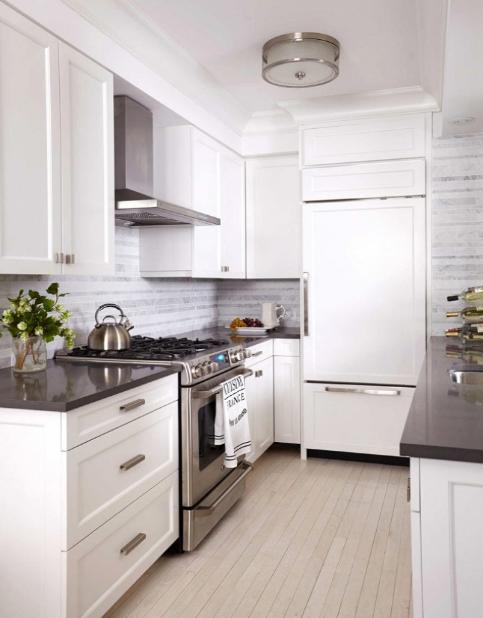 hình ảnh phòng bếp nhỏ tông màu trắng sáng chủ đạo