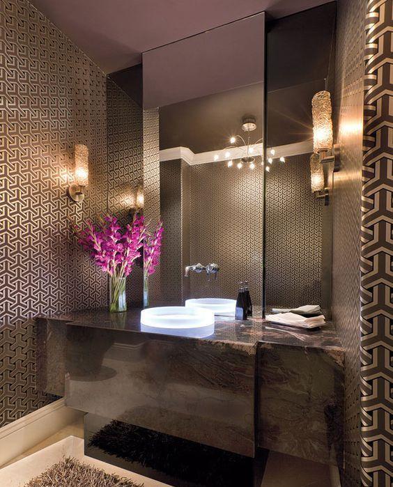 hình ảnh phòng tắm với trần màu nâu, giấy dán tường, bệ bồn rửa, thảm trải cùng màu nâu, gương lớn gắn tường, đèn độc đáo