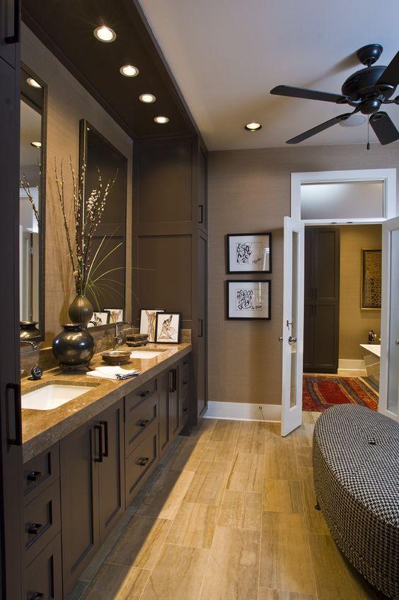 hình ảnh phòng tắm với trần, tường và hệ tủ lưu trữ màu nâu chủ đạo, đèn LED âm trần