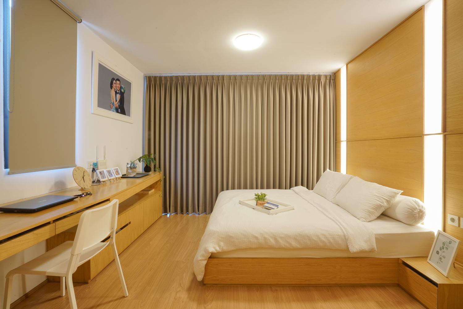 hình ảnh phòng ngủ chính có rèm cửa dày màu ghi xám