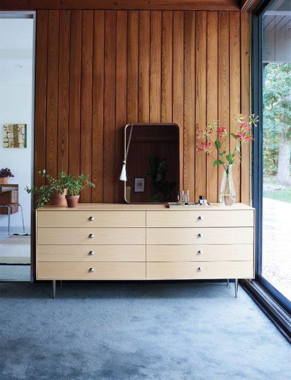hình ảnh cận cảnh tủ gỗ 8 ngăn kéo, tay núm bằng kim loại sáng bóng