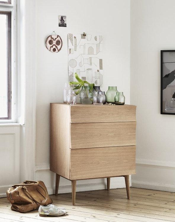 hình ảnh cận cảnh tủ gỗ phong cách Bắc Âu làm từ gỗ sồi gồm 3 ngăn kéo không tay nắm