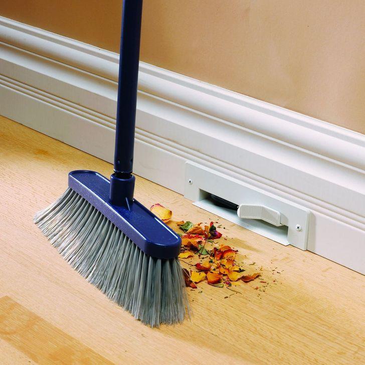 hình ảnh cận cảnh chổi nhựa dài dùng để quét rác trong nhà