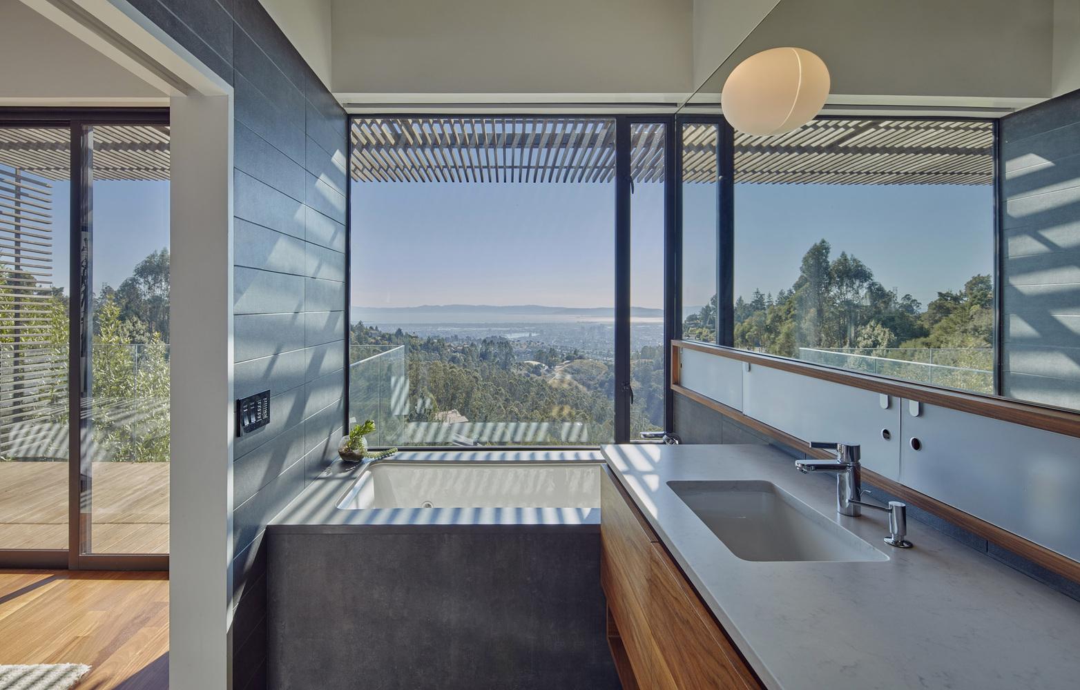 hình ảnh góc phòng bếp hiện đại, cửa kính trong suốt hướng ra cảnh quan vịnh Tây Nam và cầu Cổng Vàng
