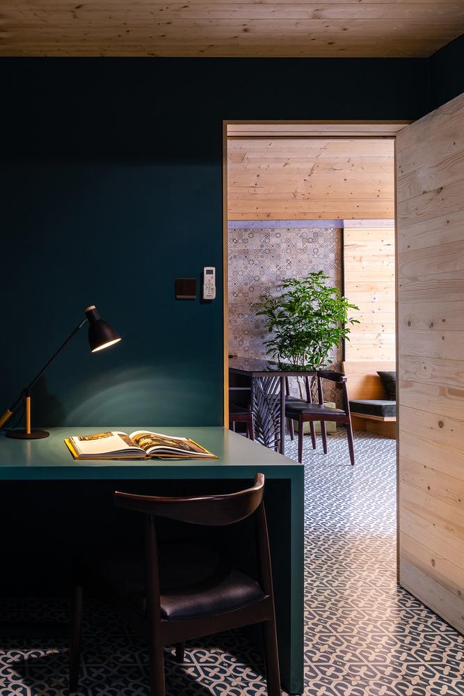 hình ảnh góc học tập trong căn hộ nhìn ra khu vực bàn ăn