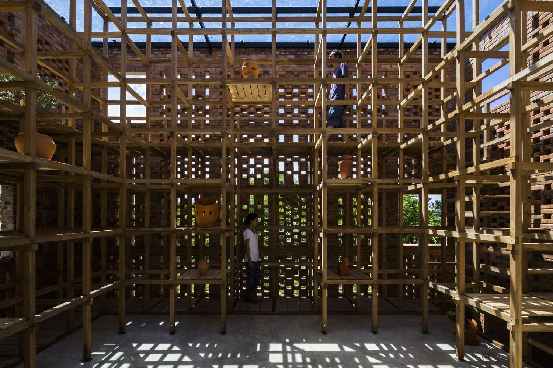 hình ảnh cận cảnh hệ thống khung gỗ đặt gốm bên trong xưởng gốm