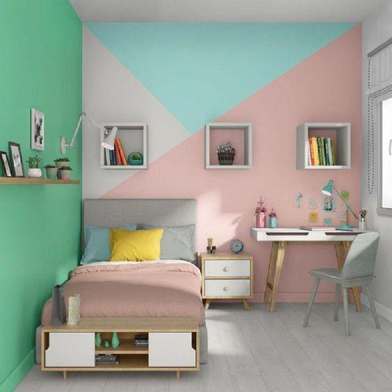 hình ảnh phòng ngủ con gái với giường đơn, cạnh đó là bàn làm việc, sơn tường xanh, ghi, hồng tạo họa tiết hình học bắt mắt