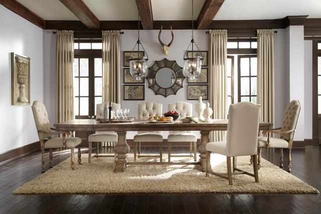 hình ảnh toàn cảnh phòng ăn với bàn gỗ dài, đèn thả pha lê, dầm gỗ, tranh tường, cửa sổ kính, rèm che
