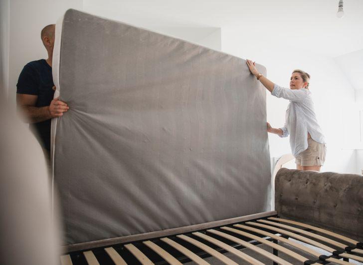 hình ảnh cặp vợ chồng đang nâng nệm giường lên