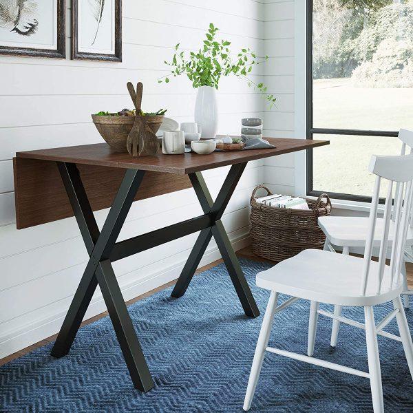 hình ảnh cận cảnh bàn ăn dạng gấp với bề mặt bằng gỗ, khung màu xám đen, cạnh đó là ghế ngồi màu trắng có tựa lưng