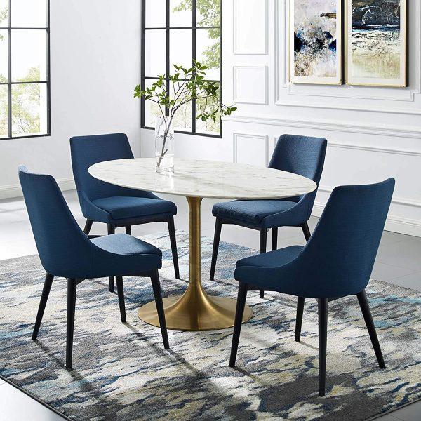 hình ảnh cận cảnh bộ bàn ghế ăn sang trọng với mặt bàn màu trắng hình elip, chân khung mạ đồng sáng bóng, ghế ngồi bọc nệm.