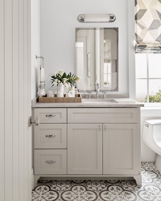 hình ảnh góc phòng tắm trong ngôi nhà phong cách bãi biển với tông trắng chủ đạo, sàn lát gạch bông đen - trắng.