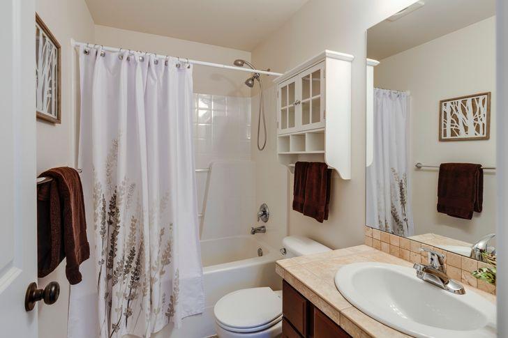 hình ảnh phòng tắm nhỏ gọn với rèm cửa sáng đẹp, sạch sẽ