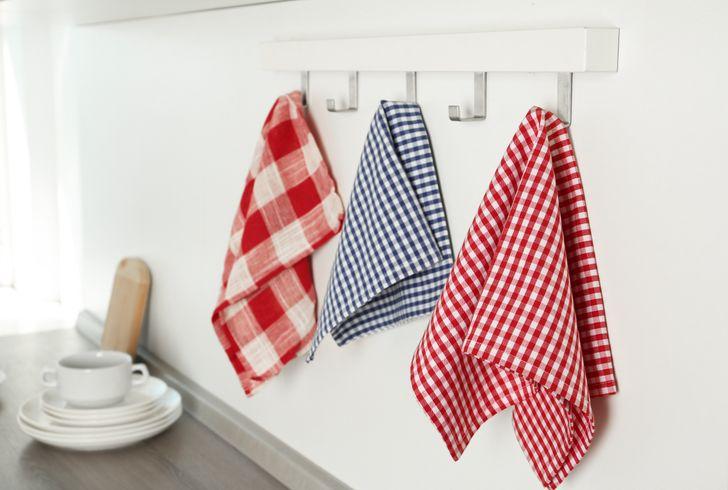 hình ảnh cận cảnh khăn lau bếp màu sắc treo gọn gàng trên tường