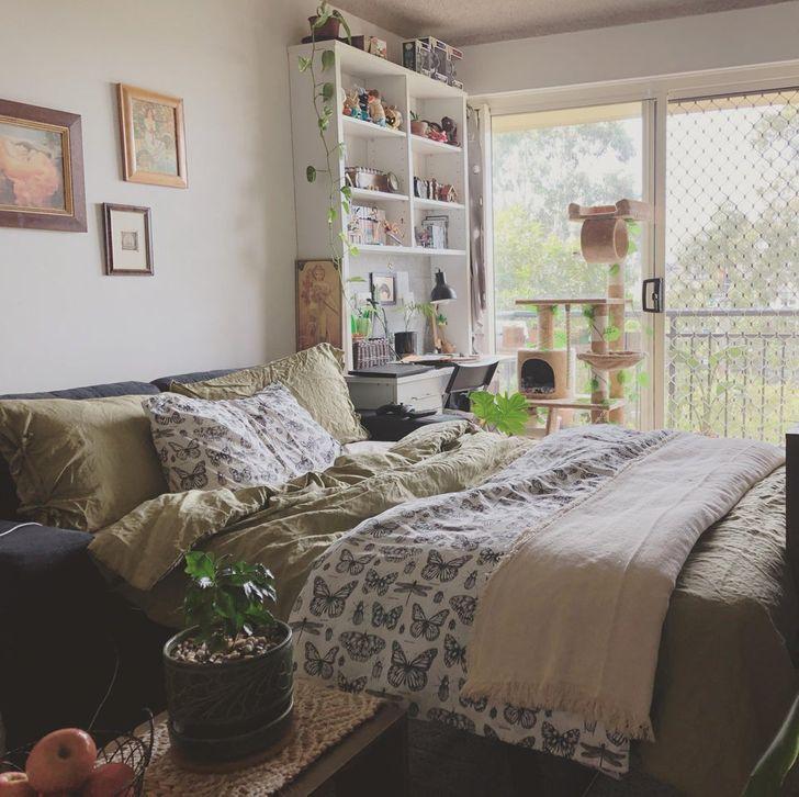 hình ảnh phòng nhỏ gọn xinh với giường đôi lớn, góc làm việc, kệ mở gắn tường, tranh treo nghệ thuật
