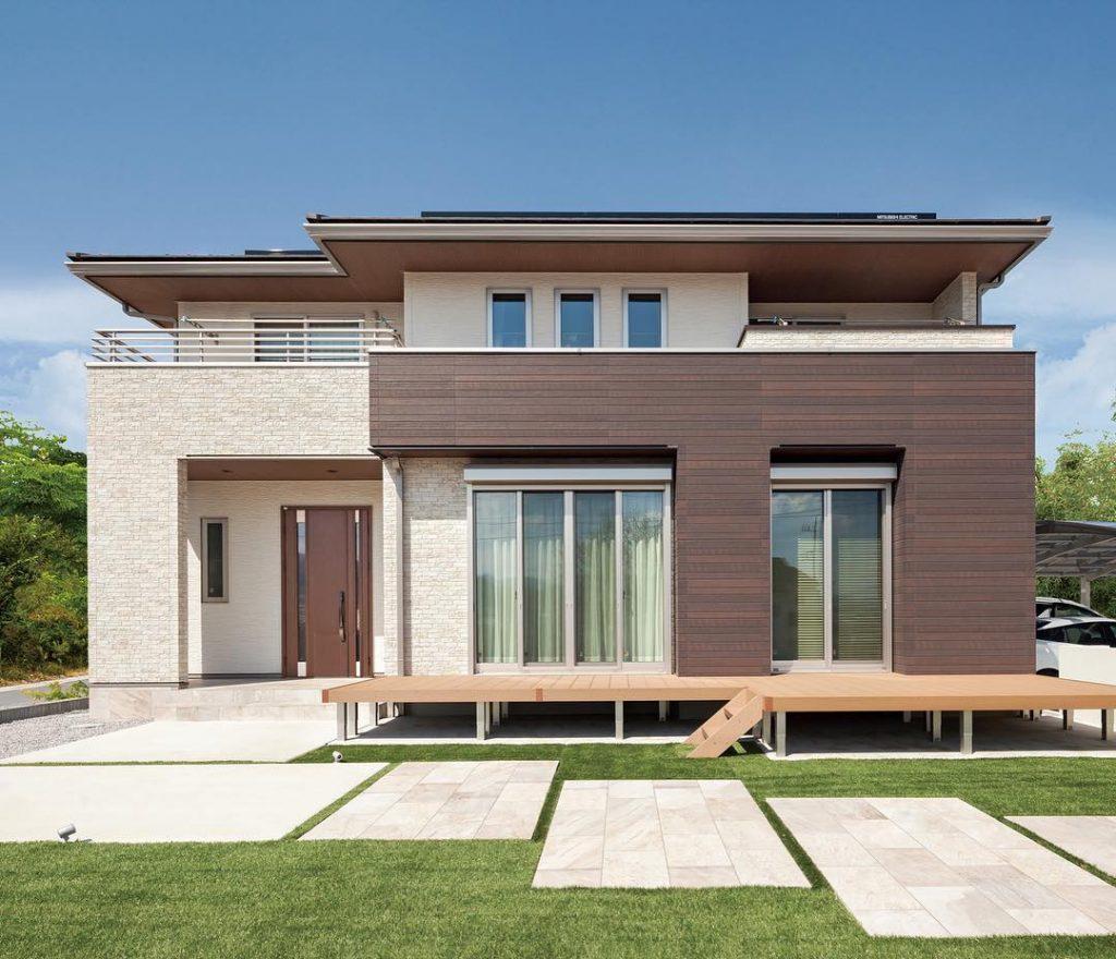 hình ảnh toàn cảnh ngôi nhà hiện đại với mặt tiền ốp gạch vân gỗ màu nâu sang trọng
