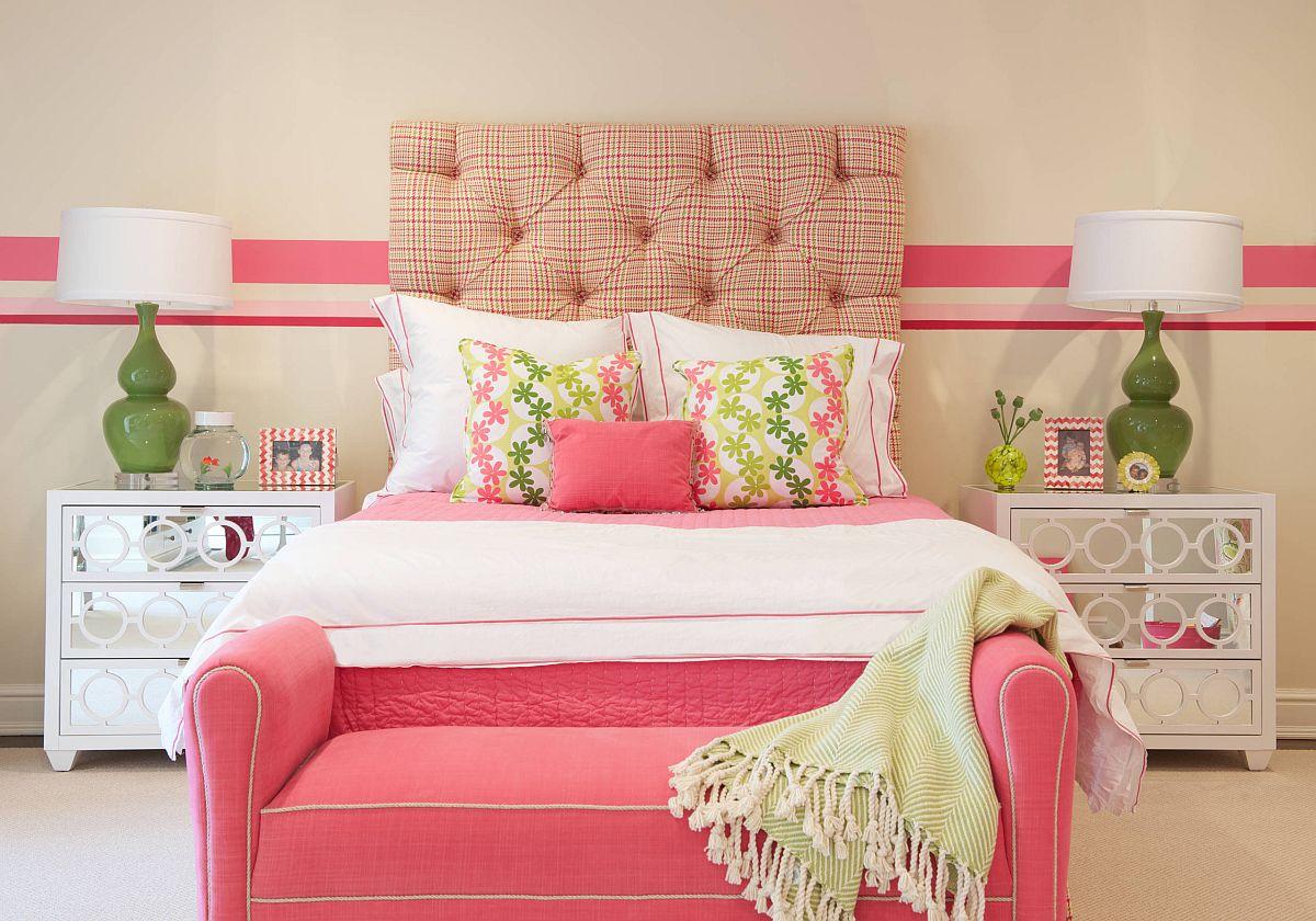 hình ảnh phòng ngủ cho con gái tuổi teen với phông nền trung tính, màu hồng và xanh lá tạo điểm nhấn
