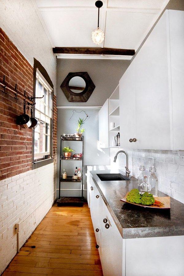 hình ảnh phòng bếp nhỏ đẹp với tường gạch đỏ, một nửa sơn trắng, cửa sổ kính