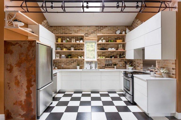 hình ảnh phòng bếp phong cách công nghiệp với tường gạch lộ, kệ gỗ, bề mặt kim loại sáng bóng