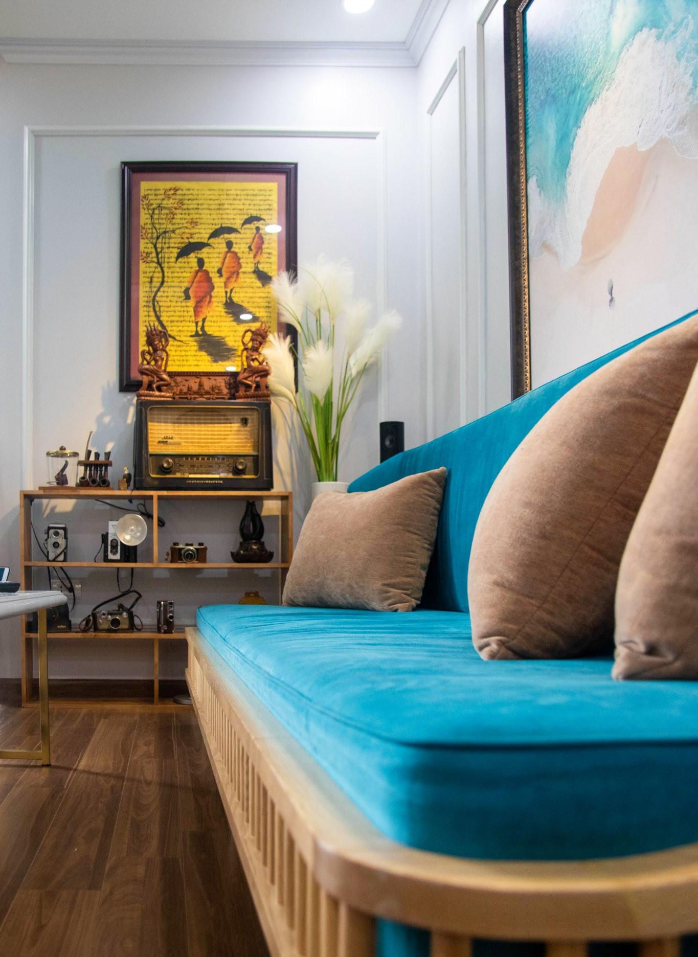 hình ảnh cận cảnh sofa màu xanh dương trong phòng khách
