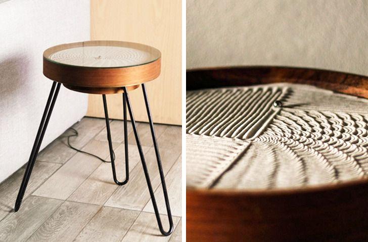 Chiếc bàn nhỏ có tên Sandsara này được lắp đặt tranh cát dưới mặt bàn.