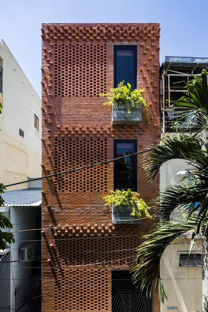 hình ảnh cận cảnh tường gạch lỗ phía Tây nhà phố